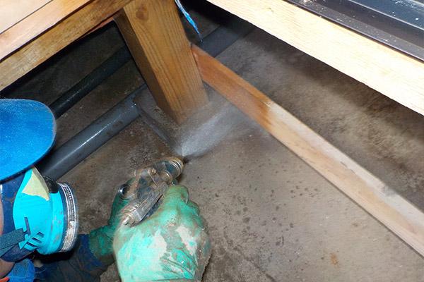 床下木部への薬剤散布