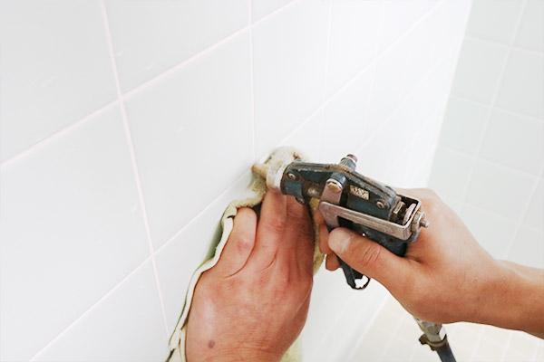 浴室壁内への薬剤注入